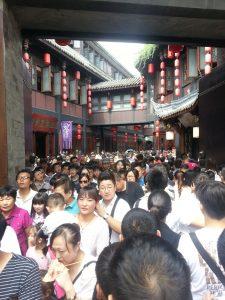 Chengdu famoso calle de comida Amplio-Estrecho en un día estivo