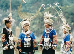 盛装打扮的苗族女性