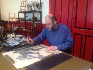 Eric Marié réalisant une peinture chinoise